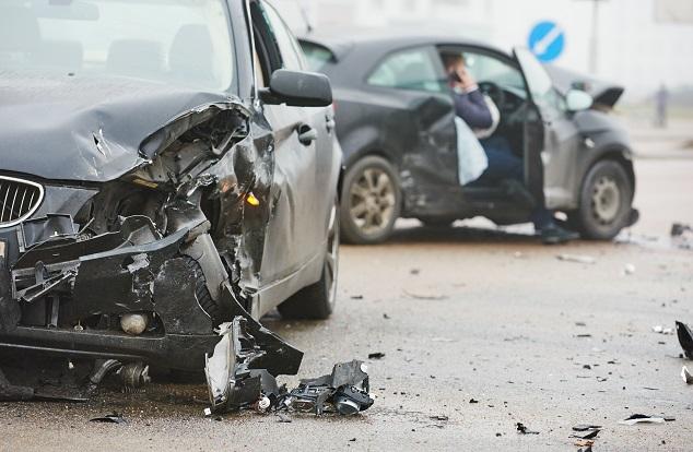 un accident de voiture sur la route