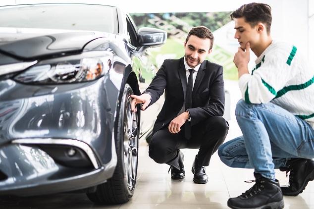 Un expert discute avec un client