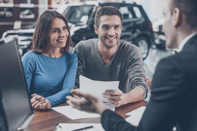 couple heureux vente d'une voiture