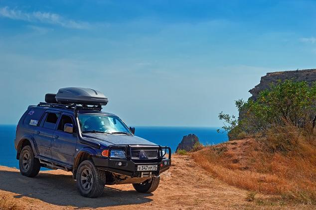 Mitsubishi SUV dans le desert