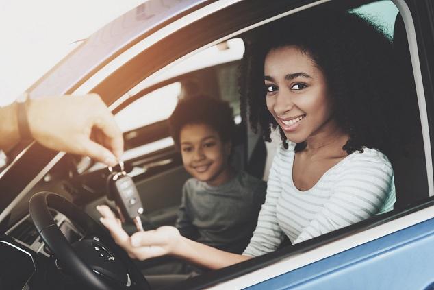 famille dans voiture