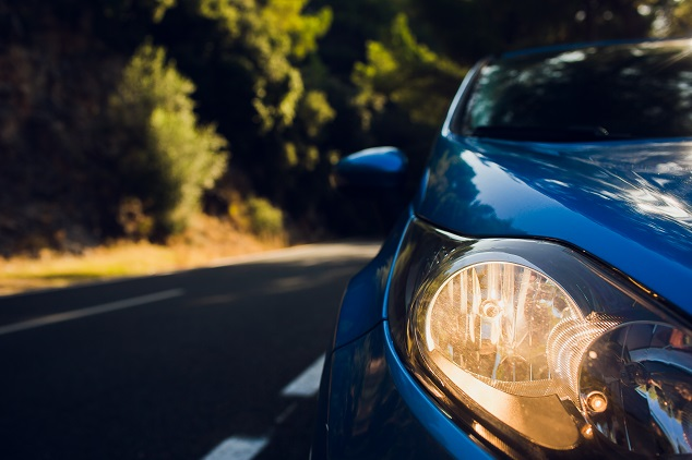 Une renault bleu sur la route