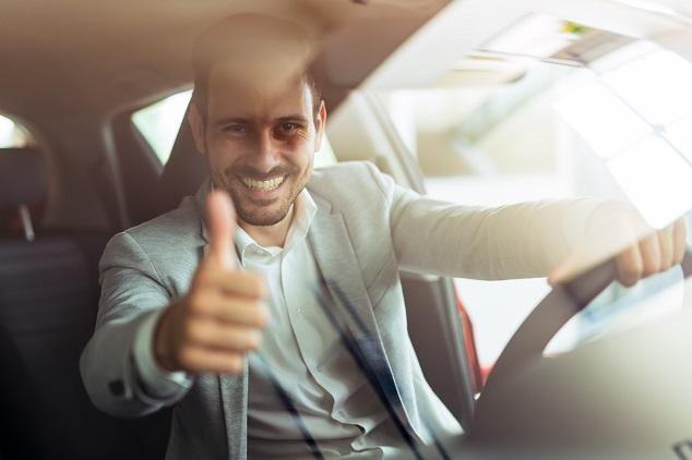 homme dans voiture