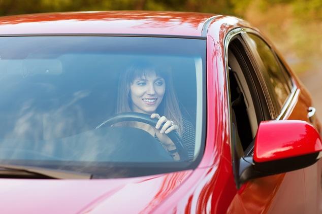 Une femme gare sa voiture