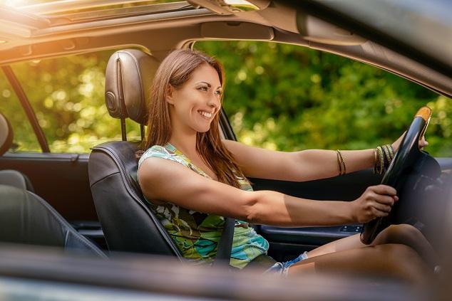 Une femme conduit une voiture électrique d'occasion