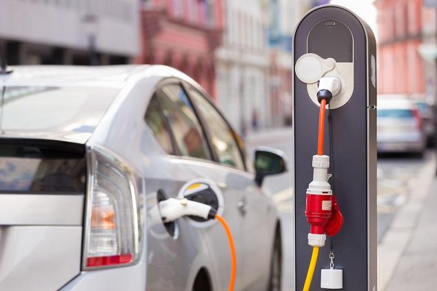 Une recharge de voiture hybride