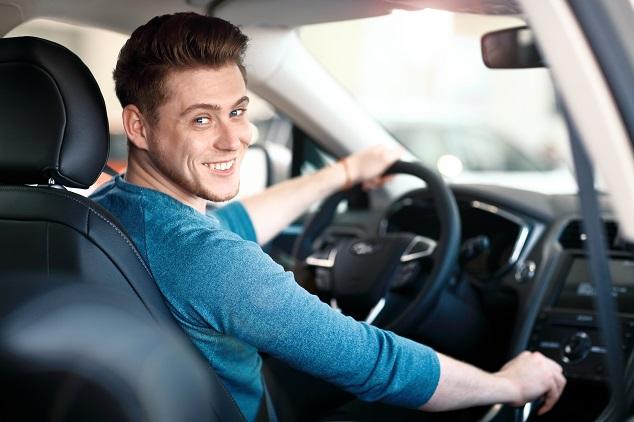 Un garçon conduit une voiture