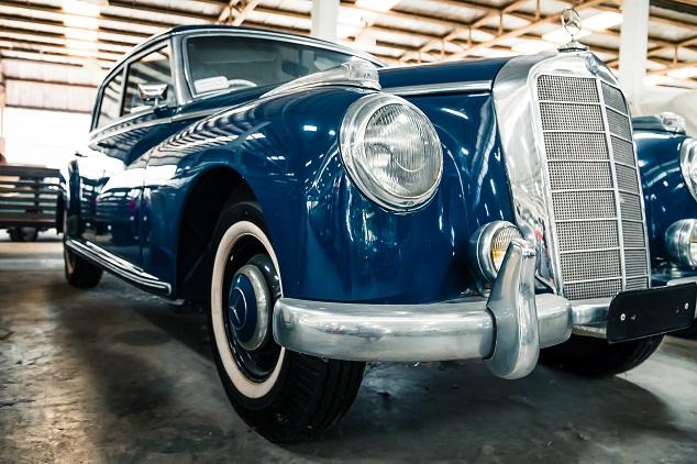 une voiture bleu vintage